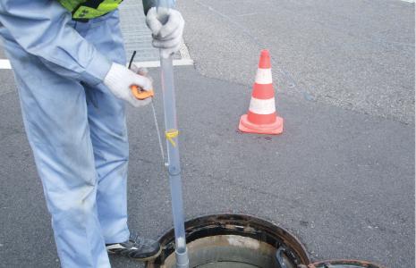 堆積物の量や溜まっている油の量は、点検用具を用いて、地上から確認できます。